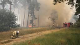 Er komt veel rook vrij bij de brand. (Foto: Berry van gaal)