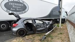 De auto kwam tegen de geluidswal tot stilstand (Foto: Toby de Kort)
