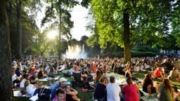Heerlijke, bijna on-Nederlandse zomerdrukte op een dinsdagavond in Breda (foto: Fotografie Erald van der Aa).
