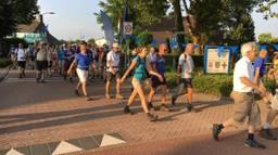 Wandelaars in het Gelderse Oosterhout. (Foto: Twitter @JosVerkuijlen)