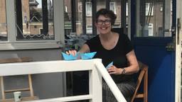 Kunstenares Anne Pillen uit Den Bosch met de papieren bootjes.