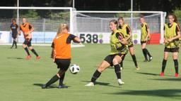 Aniek Nouwen (geel hesje in het midden) scoorde vandaag de 1-0 (foto: Fabian Eijkhout).