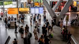 Reizigers op Eindhoven Airport. (Foto: ANP).