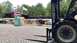 Een steekwagen staat klaar om alle onderdelen van Theaterfestival Boulevard op te ruimen.