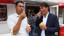 Ronald Sträter eet frietje met burgemeester Paul Depla van Breda.