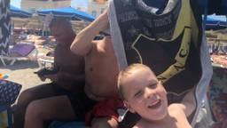 Fans van NAC en Willem II pesten elkaar op het Spaanse strand.