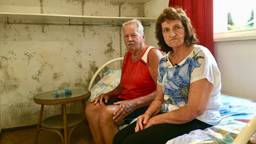Ad en Carolien in hun slaapkamer vol schimmel