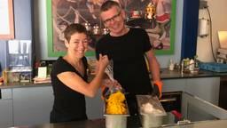 Rita en René bereiden de ijs in ijssalon Il Circo in Stiphout