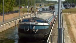 Schippers moeten wachten op andere schepen om gezamenlijk door sluis te varen