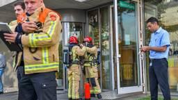 Hulpverleners voor het bedrijfsgebouw dat is ontruimd. Foto: Dave Hendriks/SQ Vision
