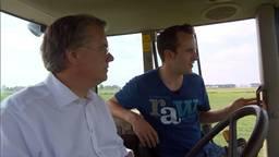 Wim van de Donk op bezoek bij de boer.