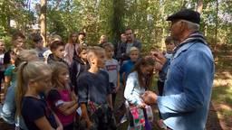 Kinderen luisteren aandachtig naar het verhaal van Bertje van Roosmalen.