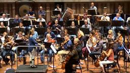 Philharmonie Zuidnederland staat voor het openingsconcert onder leiding van Kristiina Poska
