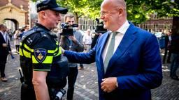 Minister Grapperhaus (rechts) praat met een agent. (Foto: ANP)