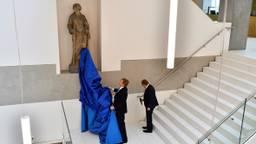 Koning Willem-Alexander onthult het beeld van Vrouwe Justitia (Foto: Erald van der Aa)