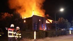 De vlammen sloegen uit het huis. (Foto: SQ Vision)