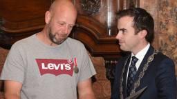 Jan Hoedemakers met loco-burgemeester Mike van der Geld (foto: Henk van Esch).