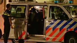 Extra agenten kwamen de agressieve man arresteren. (Foto: Alexander Vingerhoeds/ Obscura Foto)