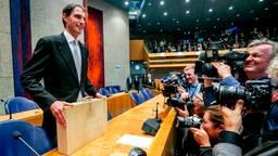 Minister Wopke Hoekstra presenteert het koffertje met de rijksbegroting en miljoenennota (foto: ANP).