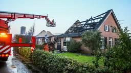 De stal en boerderij zijn door de brand verwoest. (Foto: Pim Verkoelen/SQ Vision)