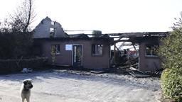 De resten van de boerderij. Bij de brand kwam asbest vrij Foto: Ginopress B.V.