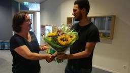 Viviane Blom van De Ontdekking krijgt bos bloemen van Chris Artist  (ondernemend onderwijs Den Bosch)