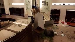 De schade in de winkel is enorm na de ramkraak. (Foto: Ruud Panis Brillen)