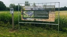 Het spandoek van Natuurmonumenten tegen de megastal in Oirschot.