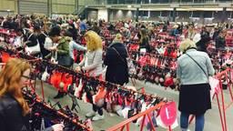 Vrouwen neuzen tussen de lingerie tijdens de fabrieksverkoop vorig jaar (foto: archief).