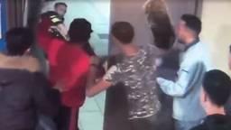 De agenten werden door jongeren belaagd. (Foto: politie)