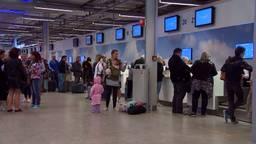 Reizigers aan de balie op Eindhoven Airport