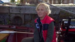 Max maakt elke week vanuit een fluisterbootje de Piushaven in Tilburg schoon.