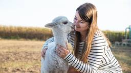Francy met haar alpaca Luuk (Foto: Kevin Cordewener)