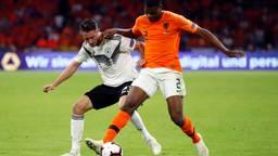 Denzel Dumfries maakte zaterdagavond zijn debuut voor Oranje (foto: VI Images).
