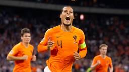 Virgil van Dijk is de beste voetballer na Ronaldo en Messi volgens Chris Sutton (foto: VI Images).