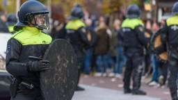 Twee agenten raakten gewond bij de rellen. (Foto: Tom van der Put/SQ Vision Mediaprodukties)