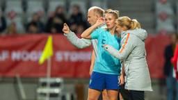 Kika van Es in gesprek met bondscoach Sarina Wiegman (foto: OrangePictures).