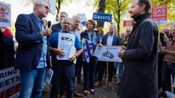 Minister Wiebes kreeg vorig jaar een petitie overhandigd. Brabanders vroegen hem geen vergunning te geven voor aardgaswinning in Waalwijk. (Foto: archief)