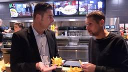 Verslaggever Ronald Sträter eet een frietje met oud-PSV'er Theo Lucius.