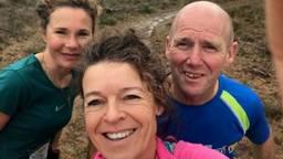 Gertie (midden) loopt in 20 jaar 10.500 kilometer bij elkaar! Links op de foto loopmaatje Margot Visser, rechts Jan Nabuurs (Foto: Gertie Theunissen)