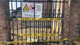 Waarschuwingslinten bij het pand in Veldhoven