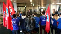 Provinciebestuurder Bert Pauli ontvangt het stakende Ryanair cabinepersoneel (foto: Raoul Cartens)