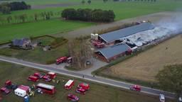 De hulpdiensten bij de uitgebrande varkensstal in Asten-Heusden
