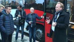 Wethouder Thomas Zwiers opent de buslijn. (Foto: Eva de Schipper)