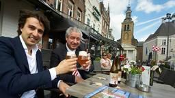 Jesse Klaver en burgemeester Niederer proosten op Roosendaal. (Foto: Timo Reisiger)