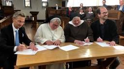 Wethouder Van der Schoot, Sara Bohmer (KNR), zuster Angela en gedeputeerde Swinkels tekenden de overeenkomst (foto: Tonnie Vossen)
