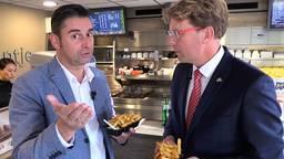 Verslaggever Ronald Sträter eet friet met Harrie Timmermans, SV-voorzitter van PSV.