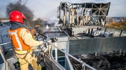 Brandweer kijkt naar de ravage die de brand heeft aangericht (Foto: Sem van Rijssel)