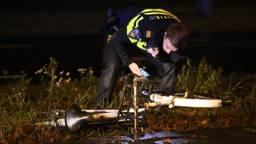 De politie doet onderzoek na het ongeluk. (Foto: Bart Meesters)