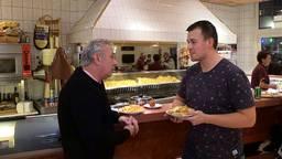 Verslaggever Job Willemse eet een Frietje Met Peter Remie.
